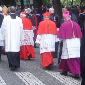 Cardinals_and_bishops_in_Bruges_escorted_by_police